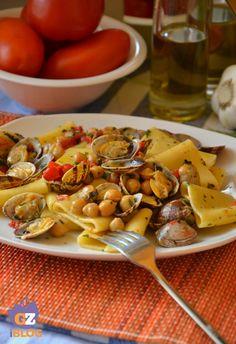 Paccheri vongole e ceci, ricetta per un primo di pesce veloce e gustoso, che lascerà a bocca aperta i vostri commensali e che vi farà sentire al mare!
