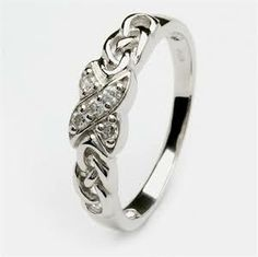 I WANT THIS SO BAD AS MY WEDDING RING!!!!!!!!