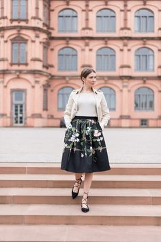 Outfit: Floral Midi Skirt | Mood For Style - Fashion, Food, Beauty & Lifestyleblog | Outfitpost mit einem floralem Midirock von Ted Baker, einem Cashemere Pullover von Mrs & Hugs, einem Trenchcoat von Patrizia Pepe und Flats von Kennel & Schmenger.