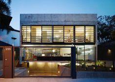 A casa na City Boaçava, em São Paulo, de MMBB Arquitetos, tem brise formado por aletas metálicas e móveis, o que permite graduar a iluminação natural e a transparência da fachada