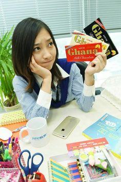 Who will choose for me?  #lotte #ghana #chocolate #japankuru #japan #100tokyo #tokyo #cooljapan #office