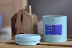 Ta przepiękna świeczka od Max Benjamin pochodzi z ich najnowszej kolekcji inspirowanej herbatą. Zawiera najlepsze nuty gardenii i fiołka. Elegancki design, piękny kolor i złoty akcent, to trzy rzeczy, które oprócz zapachu wpływają na wyjątkowość  świeczki i całej kolekcji. Obdaruj siebie lub bliską  Ci osobę wspaniałym i zaskakującym zapachem. Zapraszam na www.wyszukanedodomu.com
