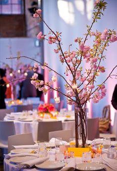 Pour une decoration de mariage zen, theme asiatique les éventails en papier sont indispensables. Comme cadeau pour invité, vous pouvez aussi choisir les fortune cookies: biscuits asiatiques comprenant un message a l'interieur de chaque petit gateau. Et...
