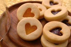 Heart Cookies Biscotti a cuore con marmellata http://www.unadonna.it/san-valentino/regali-fai-da-te-per-san-valentino/81756/