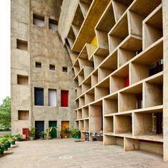 India - Chandigarh - High Court - Le Corbusier Nel 1947 la Gran Bretagna concesse l'indipendenza all'ex impero e dal suo disfacimento si costituirono l'Unione indiana, a prevalenza indù, e il...
