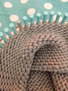 Enfin l'espoir renaît pour les désespérées de l'aiguille, les exclues du tricot et du point mousse.... Car le tricotin géant est là,...