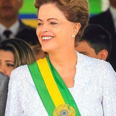 Dilma Vana Rousseff, por sua luta pela democracia contra o golpe de 64 e contra a ditadura, pela prisão e tortura que sofreu quando era apenas uma menina, pela crença nos seus ideais e sua história nos cargos públicos que ocupou durante a vida, pelos 15 milhões de brasileiros e brasileiras que tiveram a luz elétrica pela primeira vez na vida, pelas mais de 3 milhões de famílias que realizaram o sonho da casa própria, pelas empregadas domésticas que passaram a ter seus direitos justamente…