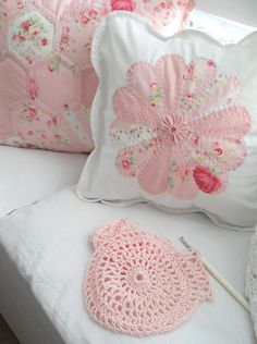 Dresden plate pillow with a yo-yo center, hand quilted | AnaZard atelier