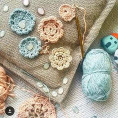 @aysfelt #alinti #pattern #idea #battaniye #love #me #rengarenk #crochetblanket #grannysquare #grannyblanket #elisi #orgu #örgü #papatya #flowers #handmade #crochet #pillow #yastik by asli_han_made