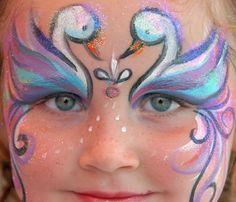 Für Mädchen ist Kinderschminken besonders spannend. Schön sehen diese beiden Schwäne auf der Stirn aus. Foto: iStockphoto, Thinkstock