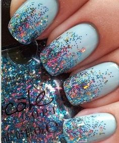 pale-blue-glitter-nails #DIYNailDesigns