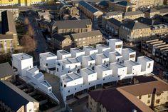 """Che siate professionisti del settore o semplicemente studenti, sicuramente avrete sentito parlare di """"social housing"""". A volte non è facile capirne appieno il significato, ciò porta qualcuno a storcere il naso parlando del tema, quasi a voler dire che quel """"social"""" denigra il tanto caro tema dell'abitare. Questo accade perché la produzione architettonica in materia, ..."""