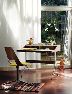 Dos grandes maestros del diseño firman las piezas clave de este espacio: la silla Jill Fourstar, by Alfredo Häberli, y la mesa Home Desk, de George Nelson, ambas editadas por Vitra.