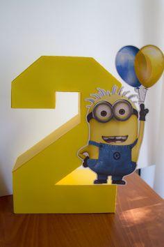 29 Cheerful And Easy Minion Party Ideas 2 añitos Minion Centerpieces, Minion Party Decorations, Minion Party Favors, Minion Party Theme, Despicable Me Party, Minions Birthday Theme, 4th Birthday Parties, 2nd Birthday, Birthday Ideas