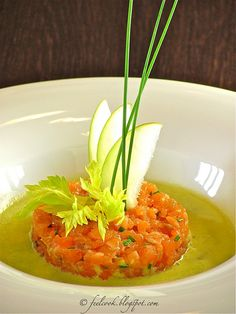 Tartare di Salmone con zuppa fredda di sedano, mela e limone ✫♦๏༺✿༻☘‿SA Jul ‿❀🎄✫🍃🌹🍃🔷️❁`✿~⊱✿ღ~❥༺✿༻🌺♛༺ ♡⊰~♥⛩⚘☮️❋ Fish Recipes, Gourmet Recipes, Cooking Recipes, Healthy Recipes, Cooking Ideas, Healthy Appetizers, Appetizer Recipes, Party Appetizers, Salmon Tartare