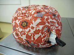 【鍋帽子】って、ご存知ですか? 短時間加熱した鍋にかぶせる保温調理グッズです。 中に綿を入れた厚手のドーム型で、保温の力があり、過熱した鍋を火からおろし、被せておくと! その中で調理が進みます。 しか