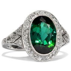 - Vintage Ring mit grünem Turmalin & Altschliff-Diamanten in Platin, um 2010 von Hofer Antikschmuck aus Berlin // #hoferantikschmuck #antik #schmuck # #antique #jewellery #jewelry // www.hofer-antikschmuck.de (21-0738)
