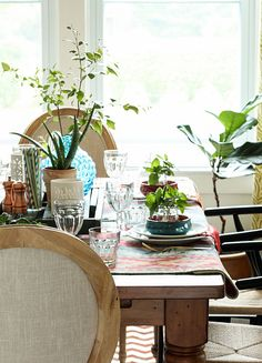 Whether you're hosting a party or just looking to refresh your dining room, these table decorating tips from @Michael Wurm, Jr. {inspiredbycharm.com} will come in handy. Via MyColortopia.com.