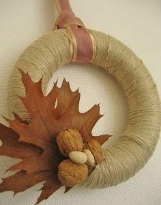 Corona de navidad con lana beige reutilizada, decorada con hojas y frutos secos                                                                                                                                                                                 Más