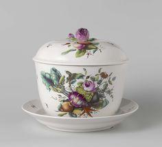 Porseleinfabriek Den Haag | Punchkom, Porseleinfabriek Den Haag, anoniem, ca. 1777 - ca. 1790 | Punchkom met deksel, op onderschotel, veelkleurig beschilderd met groenten, vruchten en bloemen. Op de deksel een roos als knop. Gemerkt met een ooievaar in blauw onder het glazuur en ingegrift L. N.B. Ansbach hard porselein beschilderd in Den Haag.