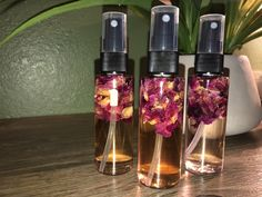 This rose water face mist will help your skin feel refreshed as you spritz it throughout the day. Formulated with a blend of organic rose water, infused with rose petals and aloe, which all promote an even, hydrated, clear and bright complexion. Rose Water Face Mist, Diy Face Mist, All Natural Skin Care, Natural Make Up, Organic Skin Care, Lush Products, Beauty Products, Face Spray, Natural Teeth Whitening