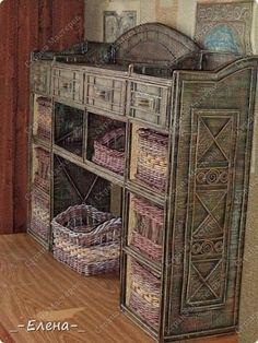 Espectacular mueble de cartón al cual luego de su armado, se le dio relieve con los clásicos rollitos de papel periódico que son usados en...