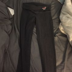 Hollister yoga legging Grey yoga legging ! Worn some still perfect condition ! xs! Hollister Pants