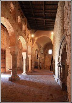 Monasterios de Suso y Yuso. El emplazamiento de la comunidad monástica fundada por San Millán a mediados del siglo VI se convirtió con el tiempo en un lugar de peregrinación. En honor de este santo se construyó en Suso, la Rioja, una bella iglesia románica que se conserva aún. Este sitio fue la cuna de la lengua española, que ha llegado a ser uno de los idiomas más hablados del mundo. Leer más: http://www.monasteriodesanmillan.com/yuso/patrimonio2.html