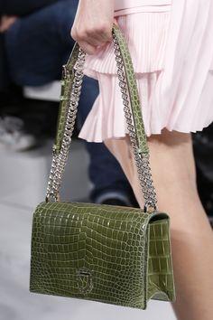 Christian Dior Prêt à Porter Primavera/Verano 2016 Stylish Handbags, Fashion Handbags, Purses And Handbags, Fashion Bags, Paris Fashion, Fashion Fashion, Runway Fashion, Fashion Trends, Womens Designer Purses