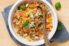 Ook als je snel klaar moet zijn, kun je best exotisch koken. Deze couscous heeft door de abrikozen en kruiden een Marokkaans tintje - Recept - Allerhande