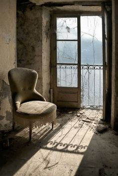 abandoned room home house building Abandoned Buildings, Abandoned Property, Abandoned Mansions, Old Buildings, Abandoned Places, Abandoned Castles, Haunted Places, Belle Photo, Windows And Doors