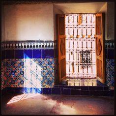 En Marruecos, chusmeando el interior de la Kasba de Tourirt (año 1754)    Éste tipo de rejas de hierro forjado sin soldaduras permiten asomarse al exterior sin ser vistos..