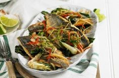 Meals under 300 calories Crispy Asian sea bass - Asiatische rezepte 300 Calorie Meals, Low Calorie Recipes, Diet Recipes, Cooking Recipes, Healthy Recipes, Healthy Meals, Seafood Recipes, Healthy Food, Healthy Eating