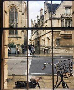 Oxford is all about hygge. So wrap up warm, grab a bike 🚲and take a slow cycle round its winding streets. We prescribe regular cake 🍰and coffee by visitengland Flower Yellow, Minimalist Street Style, Oxford England, London England, Photos Voyages, City Aesthetic, Light In The Dark, Places To Go, Beautiful Places