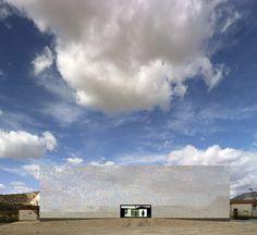Cor de azulejos muda em fachada de museu  - O vilarejo espanhol de Algueña é um lugar que pouca gente conhece, mas que, graças a um projeto arquitetônico que incentiva e promove a cultura local, está ganhando notoriedade - o Muca.    http://casavogue.globo.com/Arquitetura/noticia/2012/04/cor-de-azulejos-muda-em-fachada-de-museu.html#