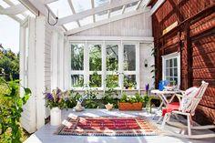 Summer house, or cabin, in Sweden | Keltainen talo rannalla: Väriä, valkoista ja mökkitunnelmaa
