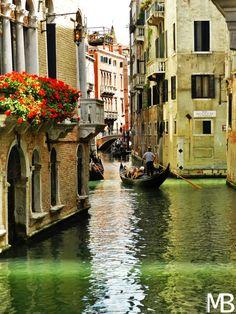Romantico canale di venezia con gondola
