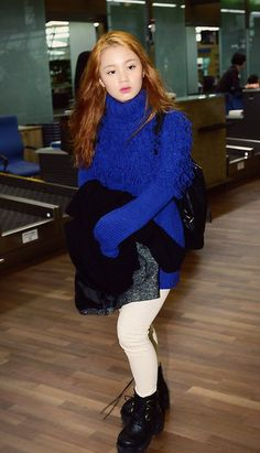 Lee Hi's first airport fashion <3 She is wearing a interesting blue sweater, but what I really like are the shoes <3 <3