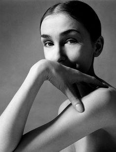 Pina Bausch hat den künstlerischen Tanz geprägt wie kaum eine Andere. Geboren am 27. Juli 1940 in Solingen studierte sie unter anderem unter der Leitung von Martha Hill an der renommierten Juilliard School in New York.  Die 2009 in Wuppertal verstorbene Künstlerin gilt als Schöpferin des Tanztheaters. Wim Wenders widmete ihr einen eigenen, wunderbaren Film...