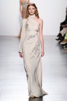 The complete Dennis Basso Fall 2017 Ready-to-Wear fashion show now on Vogue Runway. Fashion 2017, Runway Fashion, Fashion Show, Fashion Dresses, Fashion Design, Style Couture, Couture Fashion, Look Formal, Image Fashion