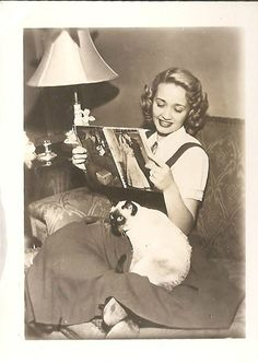 Jane Powell 1950 with siamese cat