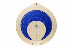 12x14 cm, Består av flera lager kartong, mörkblå eller vit, som kunde snurras i förhållande till varandra. På ena sidan visas hur olika stjärnbilder står i förhållande till horisonten under årets m...