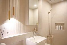 온라인집들이 :: 투톤타일과 조적식 파티션 포인트의 거실 욕실 인테리어 : 네이버 블로그 Alcove, Bathroom Lighting, Sweet Home, Bathtub, Mirror, Interior, Furniture, Home Decor, Bathroom Light Fittings