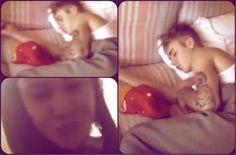 Chi è la ragazza in stanza con Justin Bieber mentre lui dorme? VIDEO!  http://tuttacronaca.wordpress.com/2013/11/07/chi-e-la-ragazza-in-stanza-con-justin-bieber-mentre-lui-dorme-video/