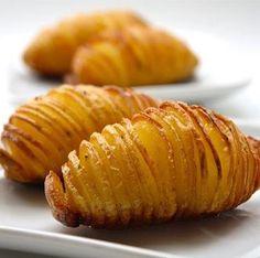 Batata no Forno     só cortar  temperar,levar ao forno  http://receitas-culinaria.pt/batatas-no-forno/
