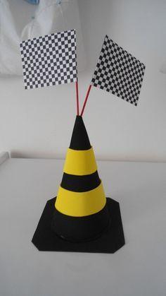 Centro de mesa tema carros, em EVA, com duas bandeirolas, base opcional devido ao volume e aumento no valor de frete. R$ 7,00