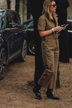 Street Style from Paris Couture Week Spring 2018 O Cowboy, Black Cowboy Boots, Paris Couture, Couture Week, Street Style 2018, Street Chic, Brown Jumpsuits, Cowboy Boot Outfits, Black Cowboys