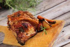 Egészben sült karaj rozmaringgal és zöldségekkel.  A rozmaring az egyik kedvenc fűszerem. Imádom, hogy a mediterrán országokban a rozmaringot sövényként ültetik, hatalmas bokorrá nő, az illata meg egy egész környéket beborít.Cserepes rozmaringot mindig tartok itthon, mert a legjobb a friss ágakat… Minion, Pork, Turkey, Pork Roulade, Turkey Country, Pigs, Minions