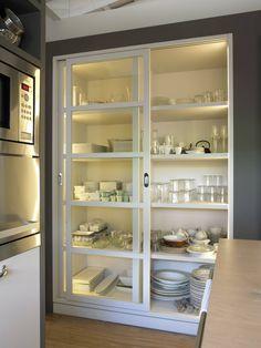 Mueble vajillero con iluminación interior y puertas correderas : Cocinas de estilo moderno de DEULONDER arquitectura domestica