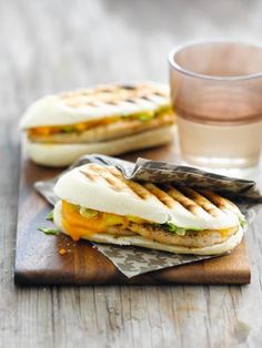 Panini with chicken, tarragon and cheddar Lunch Snacks, Lunches, Weird Food, Cafe Food, Wrap Sandwiches, Mediterranean Recipes, Street Food, Indian Food Recipes, Healthy Cooking